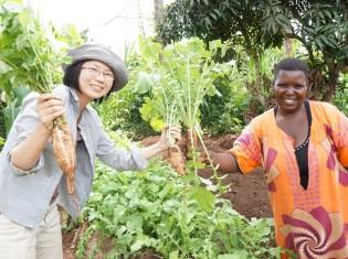 有機野菜を作るウガンダの生産者と坂ノ途中の宮下芙美子氏(左)