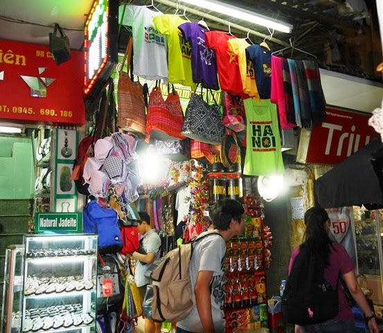 「ベトナム・メモリーII」の外観。商品は路上にはみ出している。顧客を店内に呼び込むためだが、本来は違法という。捕まれば罰金は100ドル(約1万2000円)ほど。公安(警察)が年に3回ぐらい来て、そのたびに20ドル(約2400円)の袖の下を渡す