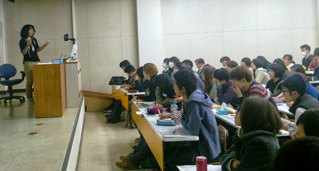 神戸市外国語大学で講演する高遠菜穂子さん