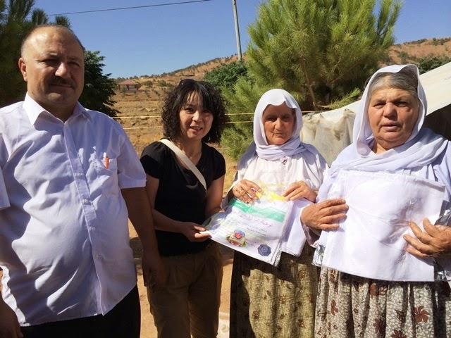 イラクで、「イスラム国」に追われたヤジディ教徒(イラク北部に住むクルド系の少数宗派)の避難民への緊急支援をする高遠さん。写真は高遠さん提供