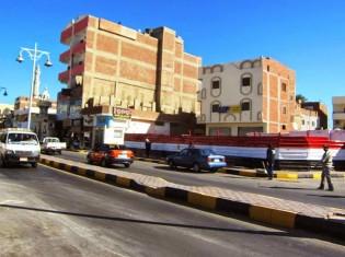 現在のシシ大統領が、エジプト紅海県のハルガダに新しくできたマリーナ(港の施設)を訪れるために舗装された壁。エジプトの国旗カラーが塗装されている(エジプト・ハルガダ)