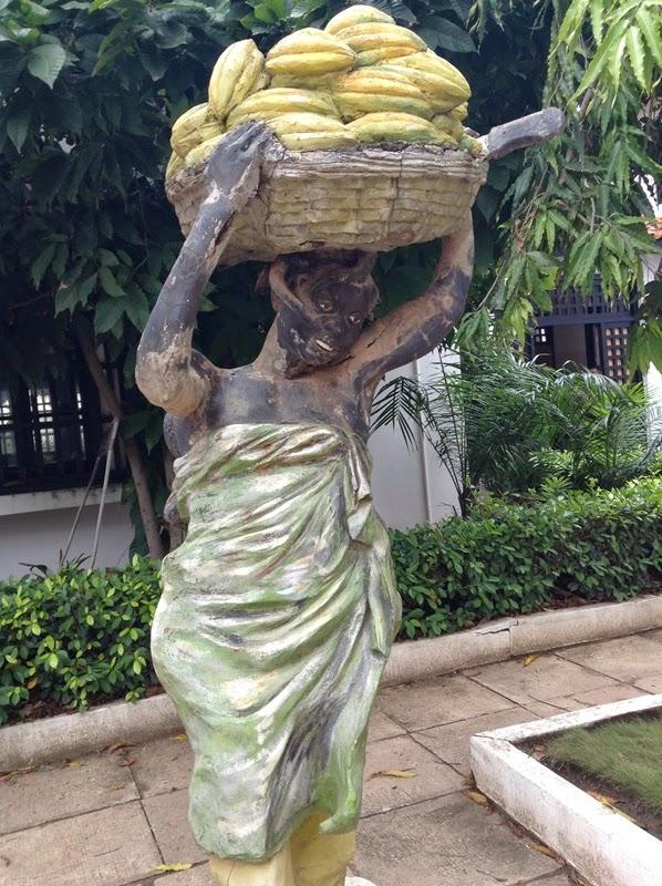 ガーナ大学のキャンパス内にある、カカオを運ぶ女性の銅像