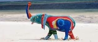 ゾウをモチーフにした像。原料はビーチサンダルだ