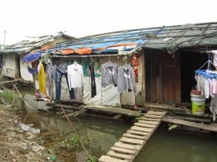 ハノイ市内を流れる紅河にある水上生活者の家