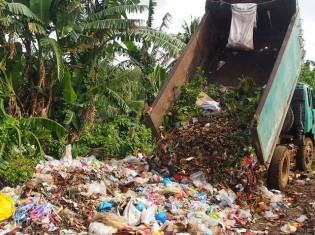 荷台に載った有機ごみも、プラスチックなど無機ごみも一緒に捨てるティナンバック町のごみ処理場(2015年2月12日)