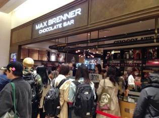 大阪市北区にオープンしたマックスブレナー・ルクアイーレ店。尋常でない混雑ぶり