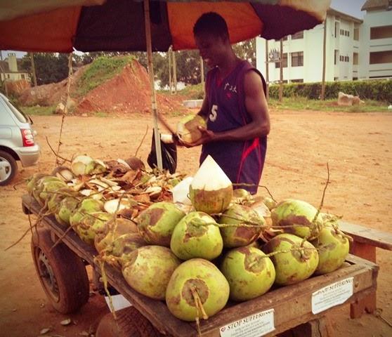 路上のココナツ売り。ココナツは筆者の大好きなおやつだが、これも値段が上がった