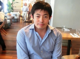 インタビュー中の田瀬和夫国連フォーラム共同代表。常設のオフィスはないので、ニューヨークのレストランで撮影