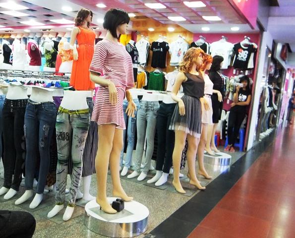 ヤンゴン市内のショッピングモール「タウ・ウィン・センター」の中にある洋服店。イスラム系の女性もウィンドウショッピングしていた