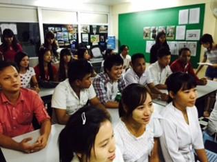 日本語の授業を受ける20代の若者たち