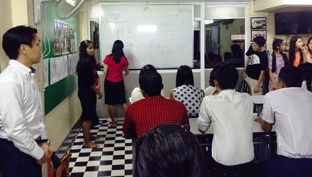 日本語授業の様子。この授業では「報・連・相」について日本人女性講師が教える