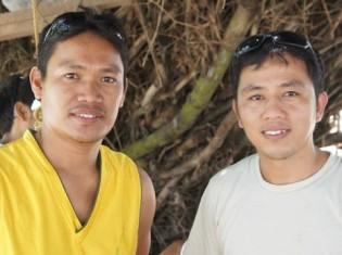 0917白井さん、漁師のジュンジュンさん(左)とラダ牧師