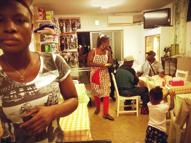 ガーナ人客で賑わう店内。中央がティナさん