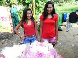 0919一場さん、誕生日を迎えてきれいな真っ赤の衣装に身を包む子どもたち