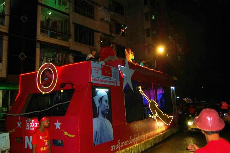 NLDの宣伝カーに乗り、支持者に向けて歌うサポーター。お祭り騒ぎは夜9時過ぎで続いた