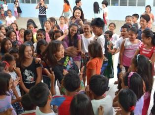 協力隊員(中央)と一緒に輪になって踊る子どもたち(2015年8月22日)
