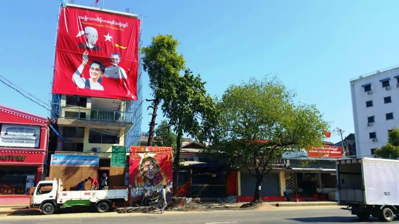 工事中のNLD新事務所(左)と現在のNLD本部事務所(右脇)