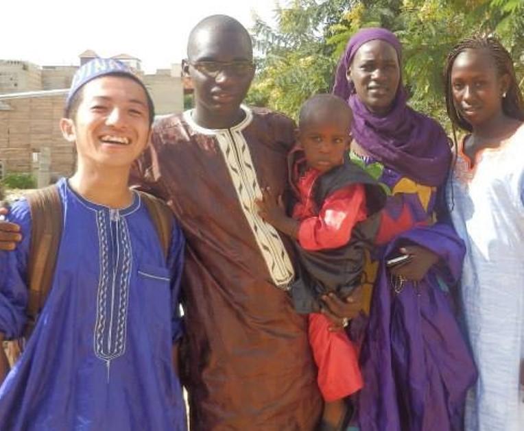 セネガルに来た当初、山田さんをホームステイさせてくれた一家(左が山田さん)