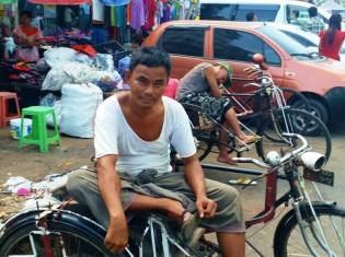 ミャンマー庶民の足「サイカー」。自転車の脇に車輪付き荷台を付けただけの簡易な乗り物。外国人用料金は最低1000チャット(約100円)から。地元の人はもっと安く利用している