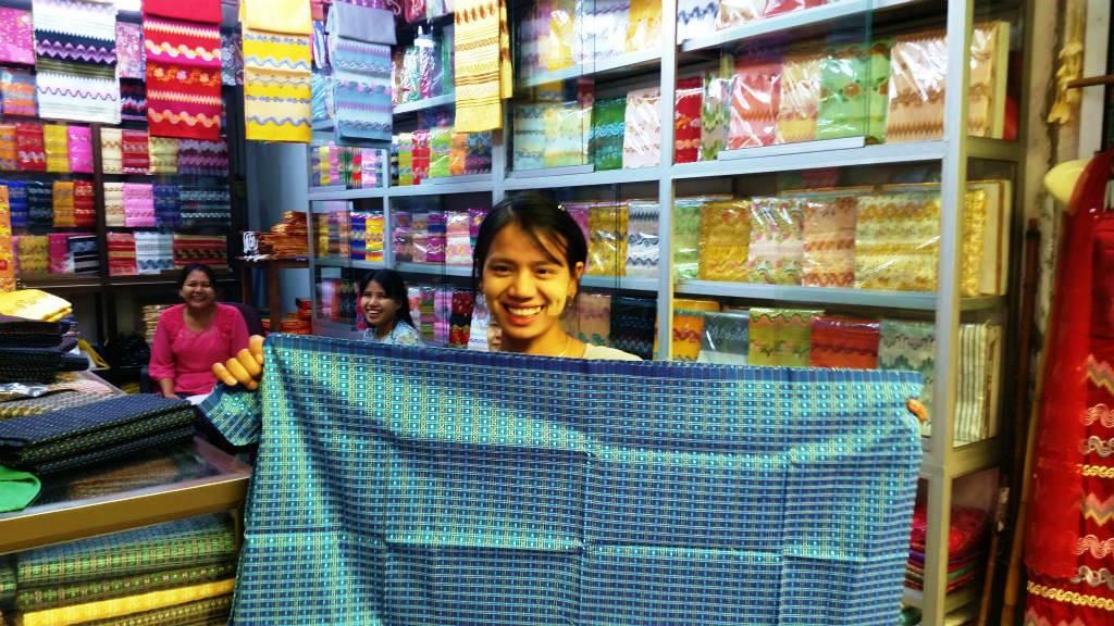 ミャンマー・ヤンゴン市中心部の観光地「ボージョ・アウンサン・マーケット」。観光客がひっきりなしに訪れる土産物屋では外国人価格は当たり前。写真のロンジー(ミャンマーの民族衣装)の言い値は1万3000チャット(約1300円)。9000チャットまで値引き可能だが、現地の相場は4000〜5000チャット(400円~500円)ほどだ