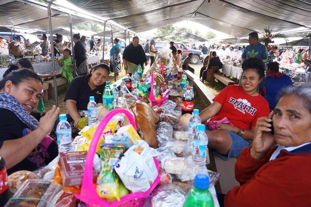 「カイポーラ」と呼ばれるトンガの食事会