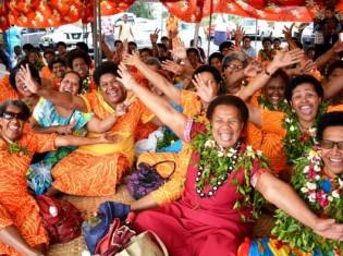 笑顔で撮影に応じるフィジー人女性たち
