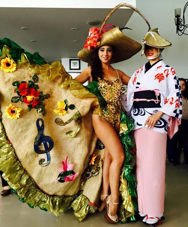 「ナショナルコスチューム」(各国の伝統衣装でのパフォーマンス)審査の舞台裏。内田さんは、阿波踊りの衣装で日本の文化をアピール