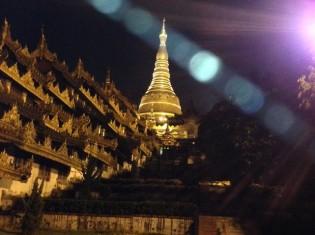 夜はライトアップされ、黄金に輝くシュエダゴン・パゴダ(ミャンマー・ヤンゴン)