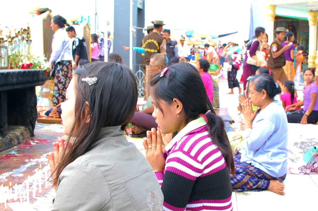 線香を供え、祈りを捧げるミャンマーの女性たち。女性がお祈りできるスペースを特別に設けている寺院もある
