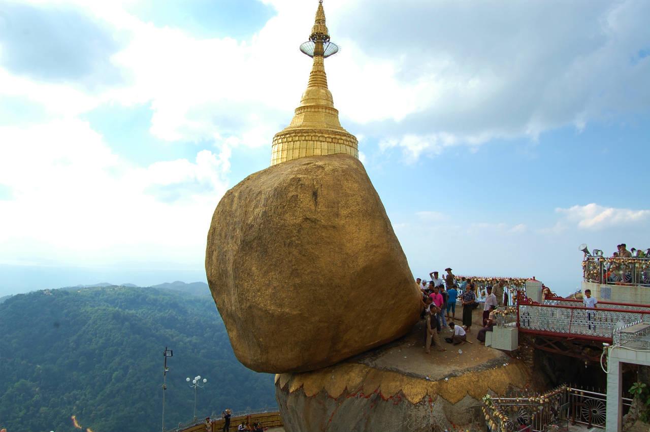 チャイテーヨー寺院はミャンマー人が一生に一度は参拝したいという聖地。落ちそうで落ちない巨石の上に建てられたパゴタ(仏塔)にはブッダの頭髪が納められているという
