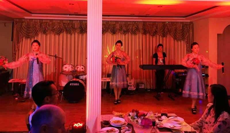 北朝鮮の「喜び組」のパフォーマンス。容姿、スタイル、歌に楽器演奏とすべて揃った彼女たちは国から送られた精鋭中の精鋭。ちなみにレストランでは男性は一切見かけなかった