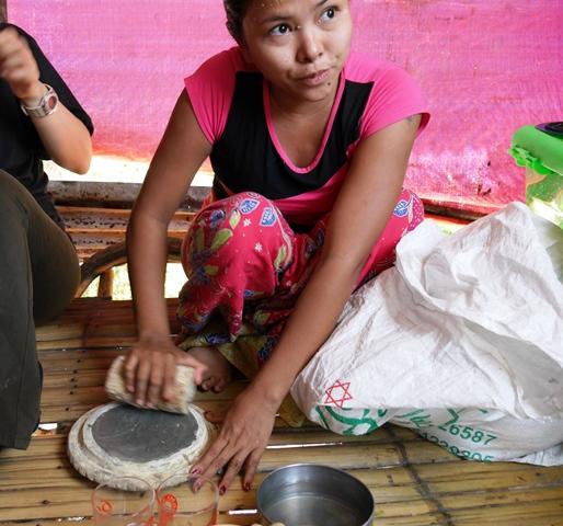 タナカをすりおろす女性。ミャンマー・ヤンゴンで