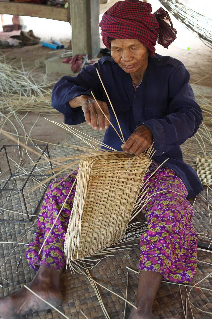 かごは手編みだ