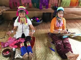 パダウン族のポウさん(右)。平日はインレー湖の土産物屋ではた織りと観光客との写真撮影で生活費を稼ぐ。その間の寝泊りも土産物屋。一番の楽しみは平日に村へ帰って子どもと遊ぶこと