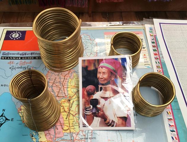 パダウン族の女性は4~5歳から真鍮でできたリングを首にはめはじめる。徐々に首輪の数を増やしていく。店にあった資料によるとリングは9歳で12巻、17歳で15巻、20歳以上で24巻のものを身につける。重さは4~10キログラムもある