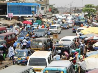 ガーナの首都アクラのニマ地区の道路。乗り合いバス、タクシー、自家用車がごった返す