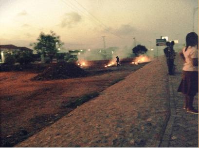 ガーナのアクラの道端でごみが燃やされるようす