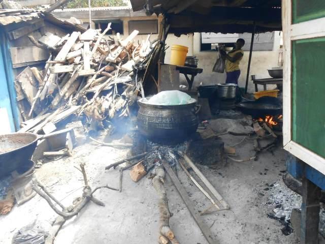 低所得者が暮らすアクラ・ジェームスタウン地区で伝統的なコンロを使って調理するようす