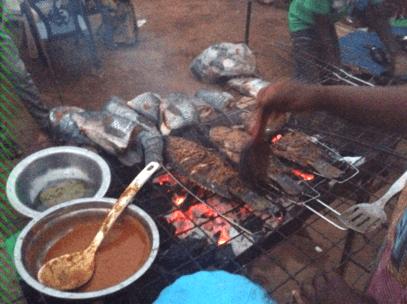 ガーナの首都アクラの露店で魚を焼く