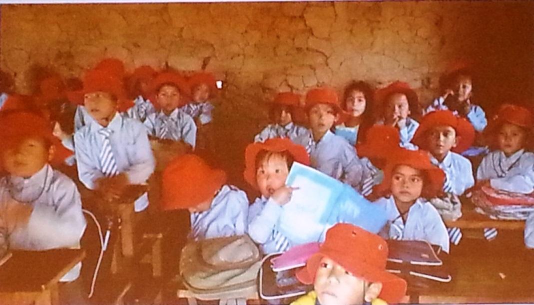 同じ帽子をかぶって登校する夢小学校の児童たち。日本の紅白帽から着想を得たという