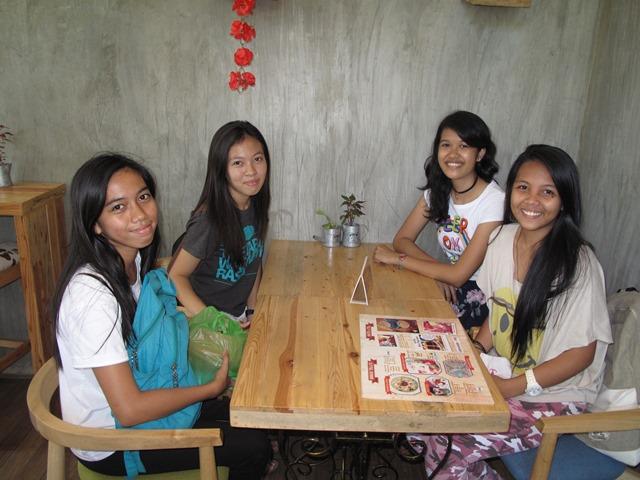 友だちと一緒にmooshiに来店するフィリピン大学セブ校の学生たち