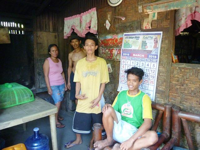 ジェイソンさん(写真右から2番目)とその家族。家はごみ山のすぐ目の前にある(フィリピン・セブ市のイナヤワン地区で撮影)