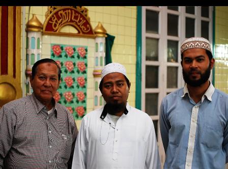 ザガインダンのモスクで祭司を務めるバマー・ムスリムのナインウィンシュエさん(写真中央)と両脇はムスリム仲間。モスクには宗教学校が併設され、子どもたちは小学校入学以前(4歳〜)から「コーラン」の暗唱とアラビア語を勉強する