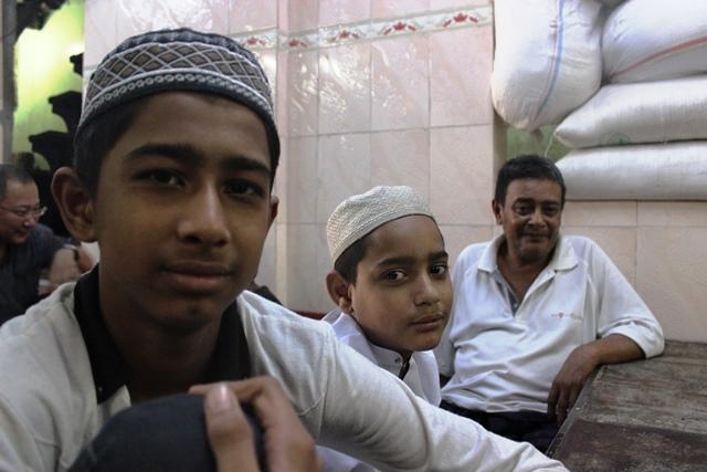サウジアラビアの魅力を熱弁するシー ヤー ウーくん(左)。ミャンマー・ヤンゴンのマドラサで