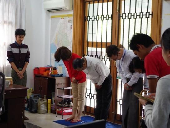 「日本式」の朝礼を行うSATの社員