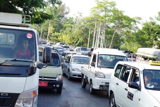ヤンゴンでは交通渋滞がひどい。「事故を未然に防ぐ交通安全活動もボランティアでしていきたい」と山口さん