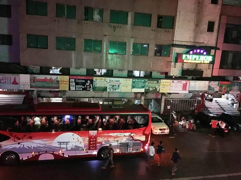ヤンゴンの有名ナイトクラブには週末になると中国人観光客の団体が大型バスで乗りつける。車体の「NIPPON」マークは日本製の中古バスが使われているから