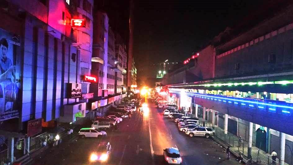 ヤンゴン随一の歓楽街「シュエダゴン・パゴタ通り」。中国人街の中心にあり、わずか200メートルほどの通りにナイトクラブやKTV(カラオケ)など夜の店が軒を連ねる