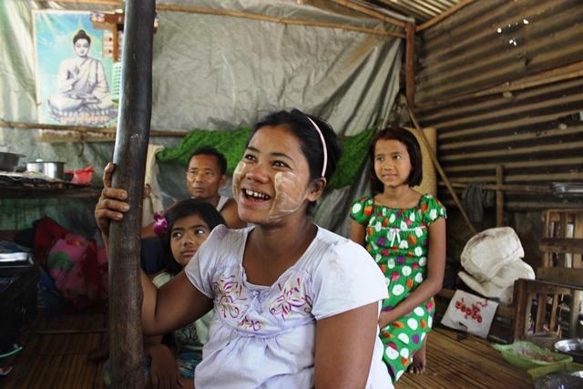 子どもには貧しさから抜け出してほしいと語るチチカイさん(手前)ミャンマー・ヤンゴンで撮影
