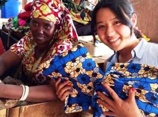 ルワンダ人テーラーと根津朋子さん(右)。アリゼティとは、スワヒリ語で「ひまわり」の意